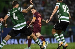 Barcelona's Argentinian forward Lionel Messi (L) vies with Sporting's defenders during the UEFA Champions League Group D football match Sporting CP vs FC Barcelona at the Jose Alvalade stadium in Lisbon on September 27, 2017. / AFP PHOTO / FRANCISCO LEONG