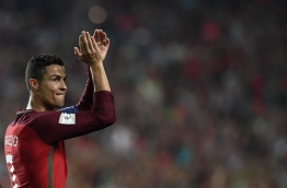 Portugal's midfielder Cristiano Ronaldo applauds at the end of the FIFA World Cup 2018 Group B qualifier football match between Portugal and Switzerland at the Luz Stadium in Lisbon on October 10, 2017. / AFP PHOTO / FRANCISCO LEONG