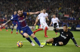 Sevilla's Spanish goalkeeper David Soria (R) prepares to block a shot on goal by Barcelona's Argentinian forward Lionel Messi during the Spanish league football match FC Barcelona vs Sevilla FC at the Camp Nou stadium in Barcelona on November 4, 2017. / AFP PHOTO / Josep LAGO