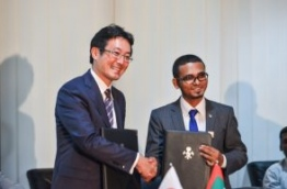 Finance Minister Munawar (R) and JICA's chief rep Tanaka sign agreement for Japan to provide USD 25 million as free aid to establish a DTT broadcasting network in the Maldives. PHOTO: HUSSAIN WAHEED/MIHAARU