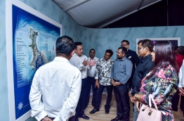 Top government officials discussing the Emboodhoo Lagoon project, after the ceremony that was held to inaugurate the government's integrated resort project. MIHAARU PHOTO / HUSSEIN WAHEED