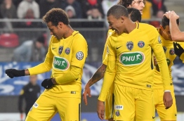 Paris Saint-Germain's Brazilian forward Neymar (L) celebrates after scoring during the French cup football match Rennes vs Paris SG at the Roazhon Park in Rennes, on January 7, 2018. / AFP PHOTO / LOIC VENANCE