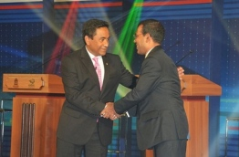 President Yameen (L) shakes hands with Former President Nasheed.