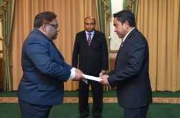 Supreme Court judge Ali Hameed (L) receiving credentials from President Abdulla Yameen (R) at the presence of Chief Justice Abdullah Saeed (C). PHOTO / PRESIDENT'S OFFICE