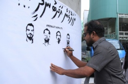 Raajje TV's CEO Hussain Fiyaz signs the petition condemning the criminal charges levied against the journalists of the station.