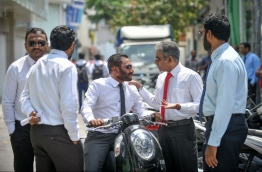 Ruling and opposition lawmakers near the parliament house. PHOTO/MIHAARU