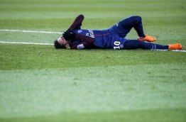 Paris Saint-Germain's Brazilian forward Neymar Jr reacts lying on the pitch during the French L1 football match between Paris Saint-Germain (PSG) and Marseille (OM) at the Parc des Princes in Paris on February 25, 2018. / AFP PHOTO / GEOFFROY VAN DER HASSELT