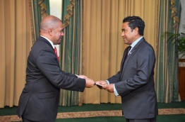 President Yameen handing over letter of appointment to Shareef. PHOTO/PRESIDENTS OFFICE