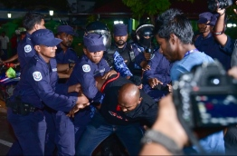 Police officers arrest a protester during the opposition rally held March 16, 2018. PHOTO: HUSSAIN WAHEED/MIHAARU