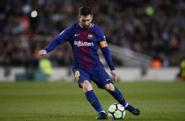 Barcelona's Argentinian forward Lionel Messi controls the ball during the Spanish league football match between Barcelona and Leganes at the Camp Nou stadium in Barcelona on April 7, 2018. / AFP PHOTO / Josep LAGO