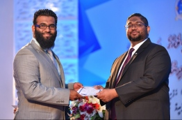 Attorney General Mohamed Anil presenting credentials to a lawyer who was sworn in at the ceremony held at Dharubaaruge, Male on April 8, 2018. MIHAARU PHOTO / HUSSEN WAHEED