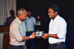 Deputy fisheries minister Shah Ismail (L) launches Ooredoo Mas Race 2018. PHOTO: HUSSAIN WAHEED/MIHAARU