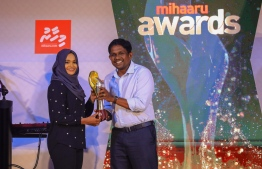 Paradise Island Resort, May 5, 2018: Joozan Zareer won first place in Women's Volleyball. The plaque was presented by Mr. Hussein Niyaz (R), Director of Sales, Distribution & Brand at Ooredoo Maldives. PHOTO/IMAGES.MV