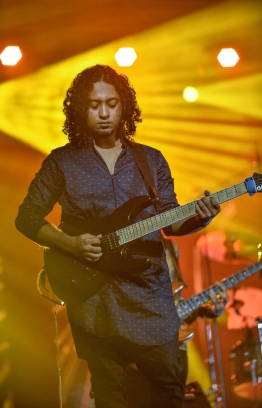"Olympus, May 8, 2018: During a performance at the release of Ismail Affan's new album, ""Gen'bendhen"". PHOTO: NISHAN ALI/MIHAARU"