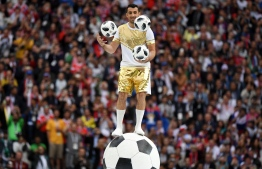 A performer juggles with 3 footballs during the Opening Ceremony before the Russia 2018 World Cup Group A football match between Russia and Saudi Arabia at the Luzhniki Stadium in Moscow on June 14, 2018. / AFP PHOTO / Kirill KUDRYAVTSEV /