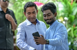 President Abdulla Yameen taking a 'selfie' with a supporter during the Eid Al Fitr greetings opened to the public at Rasrani Bageecha in the capital Male on June 15, 2018. PHOTO: NISHAN ALI / MIHAARU