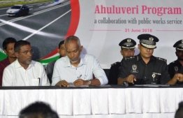 """Housing Minister Dr. Mohamed Muizze (L-2) and MCS' Commissioner Ahmed Shihan (R) sign agreement to contract 140 inmates to work on the Male Ring Road project under the """"Ahuluveri Program"""". PHOTO/HOUSING MINISTRY"""