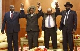 From left to right, South Sudan's opposition leader Riek Machar, Ugandan President Yoweri Museveni, Sudanese President Omar al-Bashir and South Sudanese President Salva Kiir, pose for a group picture before their meeting in khartoum on June 25, 2018 South Sudanese President Salva Kiir and arch-foe Riek Machar met for a new round of peace talks after a first meeting last week faltered. / AFP PHOTO / ASHRAF SHAZLY