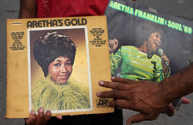 Music world mourns Aretha Franklin at MTV video awards - The