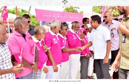 President Abdulla Yameen meeting the people of Th.Guraidhoo who came out to welcome him. PHOTO: PRESIDENT'S OFFICE