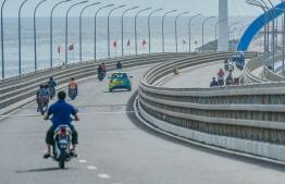 Drivers atop Sinamale' bridge.  PHOTO: NISHAN ALI/MIHAARU