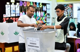 A voter casts his ballot during the 2018 presidential election. PHOTO: NISHAN ALI/ MIHAARU