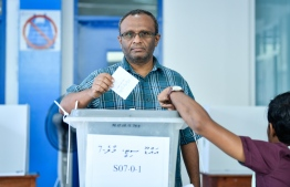 Lawyer Husnu al-Suood casts his ballot during the Presidential Election 2018 on September 23, 2018. PHOTO/MIHAARU
