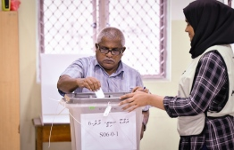 A voter casting his ballot in the 2018 presidential election. PHOTO: NISHAN ALI/ MIHAARU