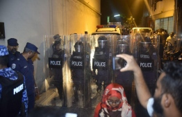 SO Police in riot gear work to control the crowds gathered in front of Muliaage garage. PHOTO: AHMED NISHAATH/MIHAARU