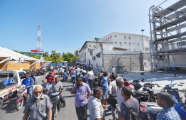 Long queues in front of the Ministry of Housing and Infrastructure as people wait in line to submit application forms for Hulhumale Phase Two flats. PHOTO/MIHAARU