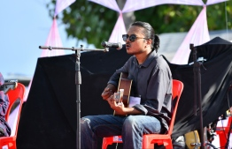 Eman (R) and Naanu performing during the 5-year anniversary show of 'Fannuge Dharin'. PHOTO: AHMED NISHAATH/MIHAARU