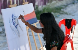 Mal's Art exhibits and paints during the 5-year anniversary show of 'Fannuge Dharin'. PHOTO: AHMED NISHAATH/MIHAARU