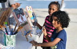 Kids partaking in the 'Arty Fingers' stall during the 5-year anniversary show of 'Fannuge Dharin'. PHOTO: AHMED NISHAATH/MIHAARU