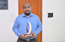 Ahmed Saail Ali (Mihaaru) with the Journalism Award for Social Category. He beat out Aminath Shifleen (Mihaaru) and Moosaa Rasheed (Avas) / PHOTO: MIHAARU