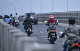 Drivers on Sinamale' bridge. PHOTO: HUSSAIN WAHEED/ MIHAARU