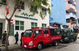 Fire and rescue workers operating near Roashanee Building. PHOTO: HUSSAIN WAHEED/ MIHAARU