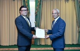 President Ibrahim Mohamed Solih (R) presents letter of appointment to Omar Abdul Razzaq, the Ambassador of Maldives to Sri Lanka. PHOTO/MIHAARU