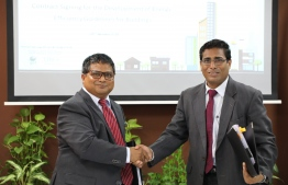 Minister of Environment Dr Hussain Rasheed (L) signs agreement to award development of Energy Efficiency Guidelines for Buildings to PricewaterhouseCoopers (PwC). PHOTO/ENVIRONMENT MINISTER