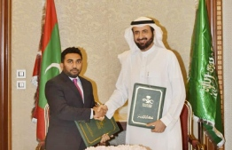 Maldives' Minister of Health Abdulla Ameen and his Saudi counterpart Dr Tawfiq al-Rabiah sign agreement on strengthening the health sector. PHOTO/HEALTH MINISTRY