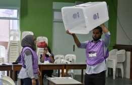An election official shows the empty ballot box before voting commences in the 2019 Parliamentary Election 2019. PHOTO: NISHAN ALI / MIHAARU