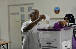 A man casts his ballot in the 2019 Parliamentary Election 2019. PHOTO: HUSSAIN WAHEED / MIHAARU