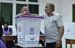 A voter casts his ballot at a polling station for Thaa Atoll placed in Male'. PHOTO: NISHAN ALI/ MIHAARU