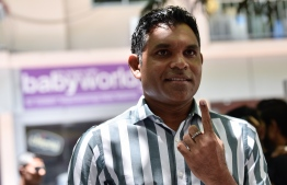 Vice President Faisal Naseem shows the indelible ink on his finger after voting in the 2019 Parliamentary Election 2019. PHOTO: NISHAN ALI / MIHAARU