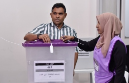 Vice President Faisal Naseem casts his ballot during the Parliamentary Election 2019. PHOTO: NISHAN ALI / MIHAARU