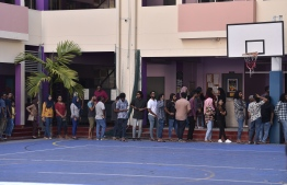People wait in queue to vote in the 2019 Parliamentary Election 2019. PHOTO: NISHAN ALI / MIHAARU