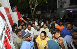People lining outside voting centers. PHOTO: HUSSAIN WAHEED / MIHAARU