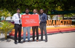 BML official awarding the token of achievement to the winners. PHOTO: BANK OF MALDIVES (BML).