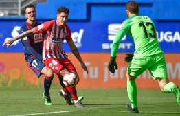 Atletico Madrid's Uruguayan defender Jose Maria Gimenez (2L) vies with Eibar's Spanish forward Kike Garcia (L) during the Spanish league football match between SD Eibar and Club Atletico de Madrid at the Ipurua stadium in Eibar on April 20, 2019. (Photo by ANDER GILLENEA / AFP)