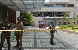 Sri Lankan security personnel stand guard at the cordoned off entrance to the luxury Shangri-La Hotel in Colombo on April 21, 2019 following an explosion. - At least 42 people were killed April 21 in a string of blasts at hotels and churches in Sri Lanka as worshippers attended Easter services, a police official told AFP. (Photo by ISHARA S. KODIKARA / AFP)