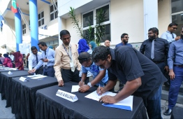 Employees of Fenaka Corporation signing the government's 'Zero Tolerance to Corruption' movement. PHOTO: HUSSAIN WAHEED/ MIHAARU